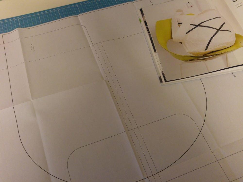 Das Schnittmuster wird auf ein großes Papier übertragen
