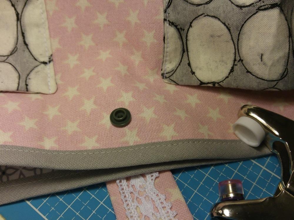 Die KamSnaps befestige ich mit einer Druckknopfzange, aber das geht natürlich auch genauso gut mit dem im Päckchen beiliegenden kleinen Werkzeug