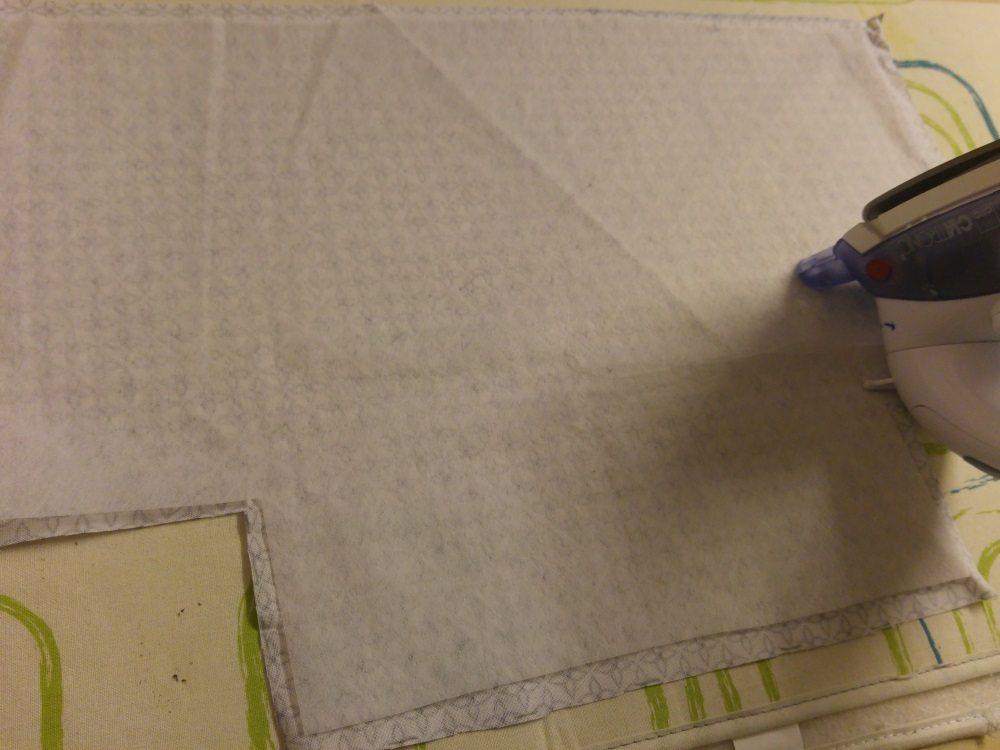 Aufbügeln einer Vlieseinlage, um dem Körbchen Stand zu geben