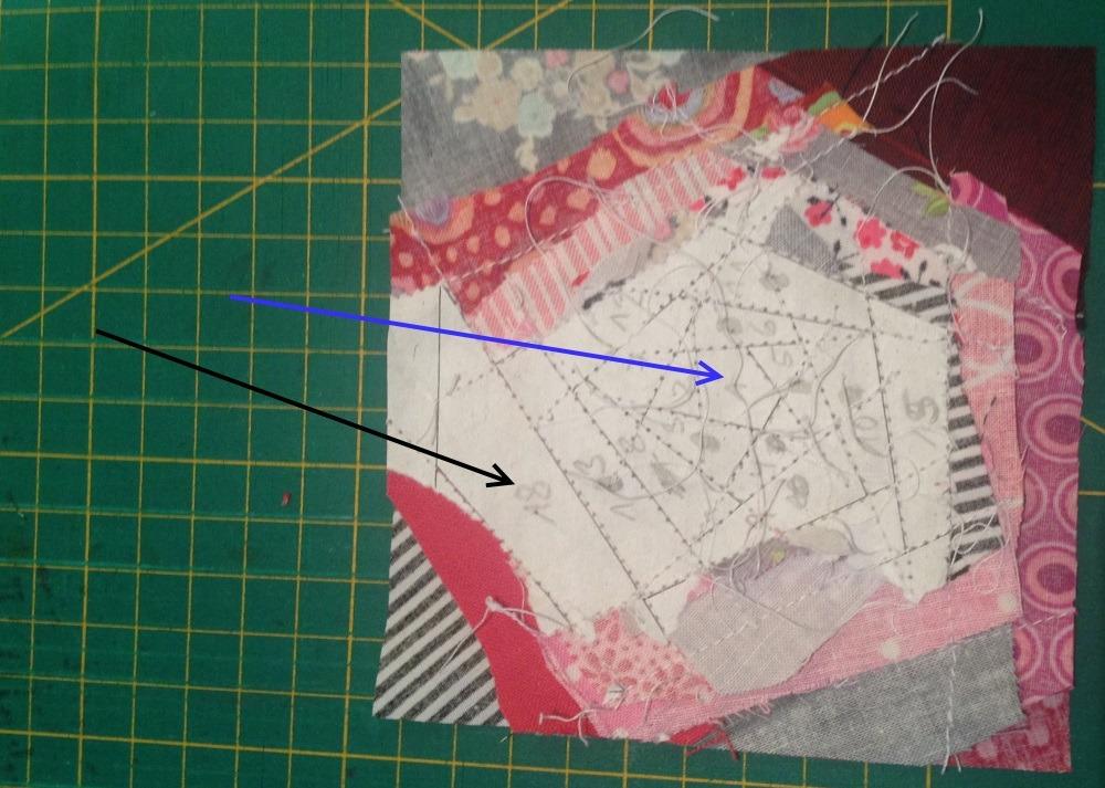 Entsprechend der Zahlen auf dem Papier werden die Stoffteile aufgenäht