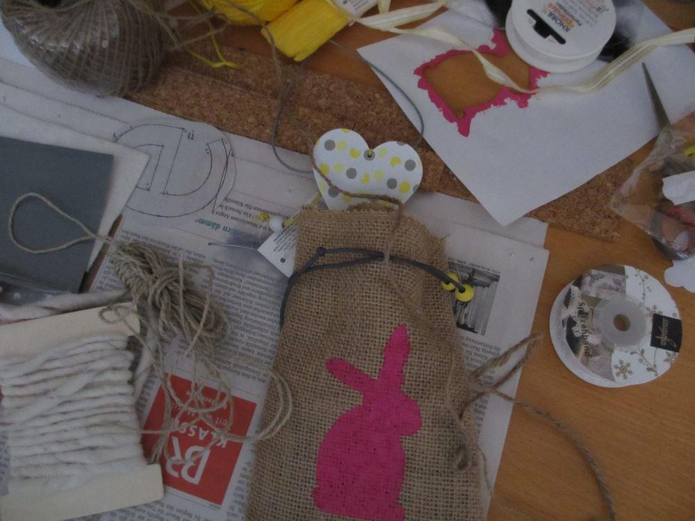 Kurze Ratlosigkeit – wir binde ich das Säckchen nun zusammen und wie befestige ich das Filz-Osterei?