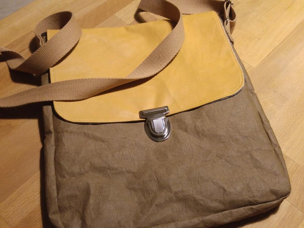 Der Deckel ist nur knapp schmaler, als der Taschenkörper, so dass er schön die gesamte Taschenbreit abdeckt