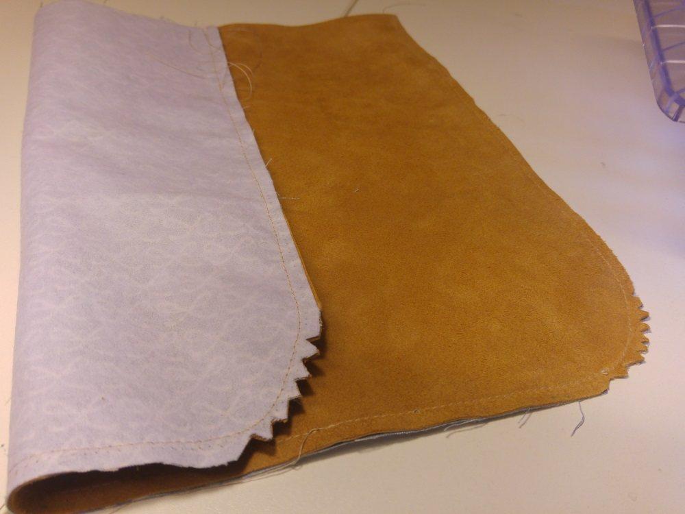 Nach dem Zusammennähen des Deckels, werden die Ecken eingeknipst.