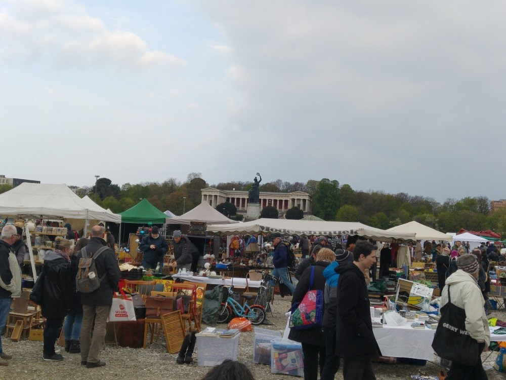 Unter den Blicken der Bavaria findet der Flohmarkt statt