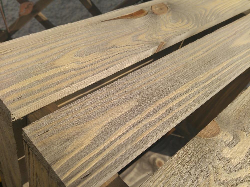 Kiste hat noch einige Holzsplitter zum Abschleifen