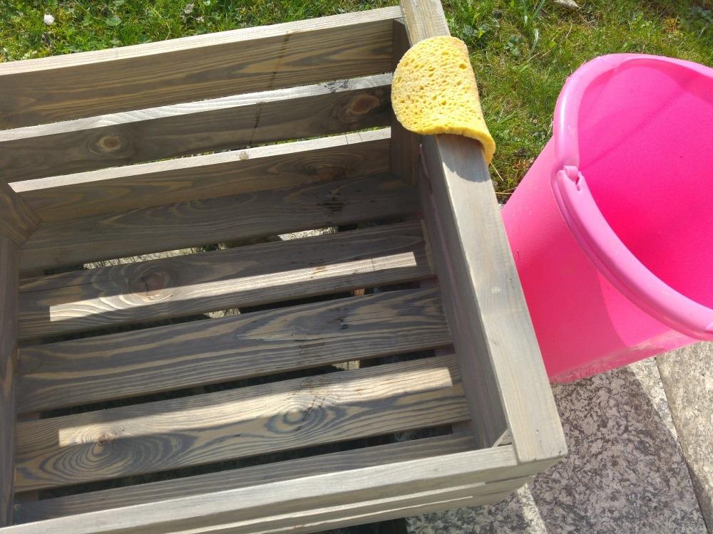 Kiste nach dem Schleifen feucht auswischen zum Reinigen