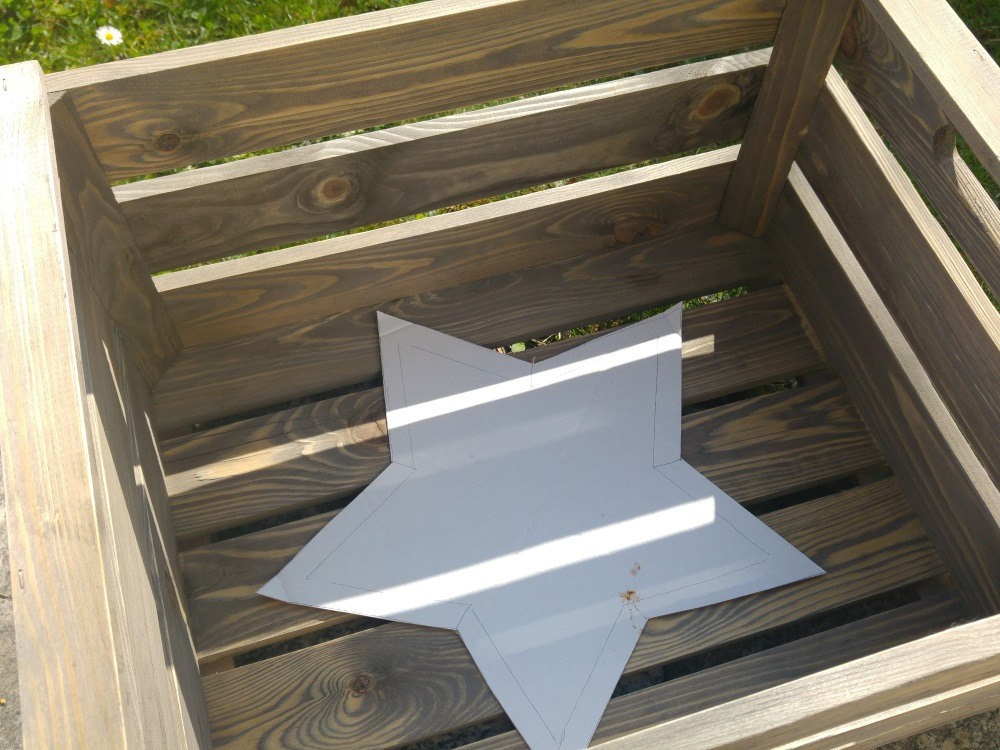 Schablone aus fester Pappe für den gemalten Stern vorbereiten