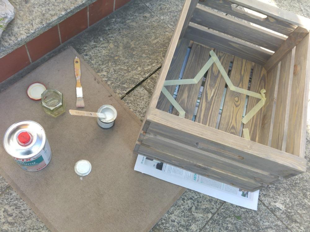 Zum Streichen Farbe und Pinsel vorbereiten und Untergrund abdecken