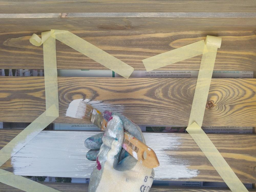 Von außen nach innen streichen verhindert, dass Farbe unter das Kreppband läuft