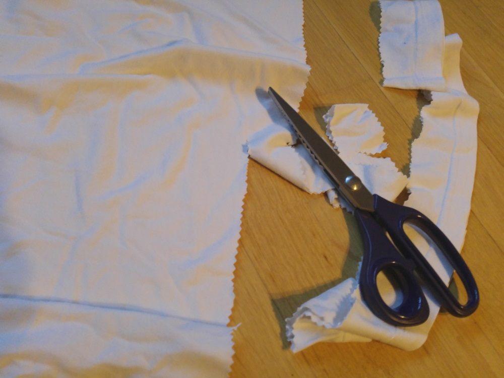 T-Shirts in Streifen schneiden für die Hunde-Schnüffelbox - Schnüffelkorb für Hunde