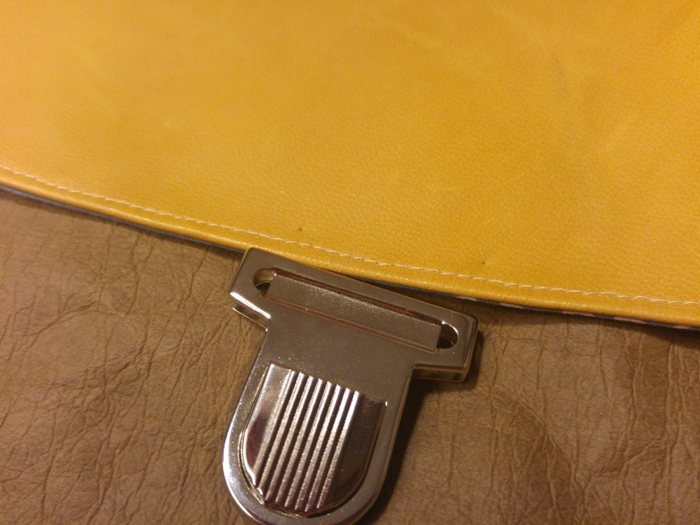 Mit zwei Pieksern markiere ich die Stellen, durch die gleich der Bügel durchgesteckt wird