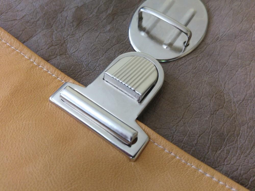 Fertig angebrachtes Steckschloss an der Tasche