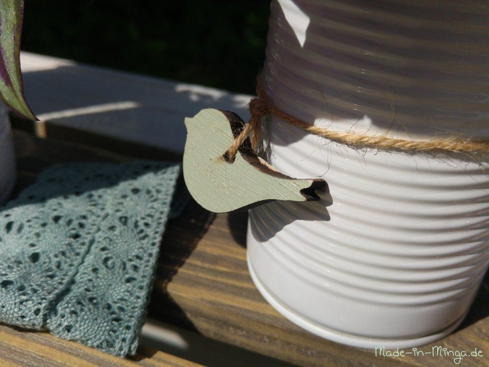 Borten und Holzdeko für die weissen Konservendosen