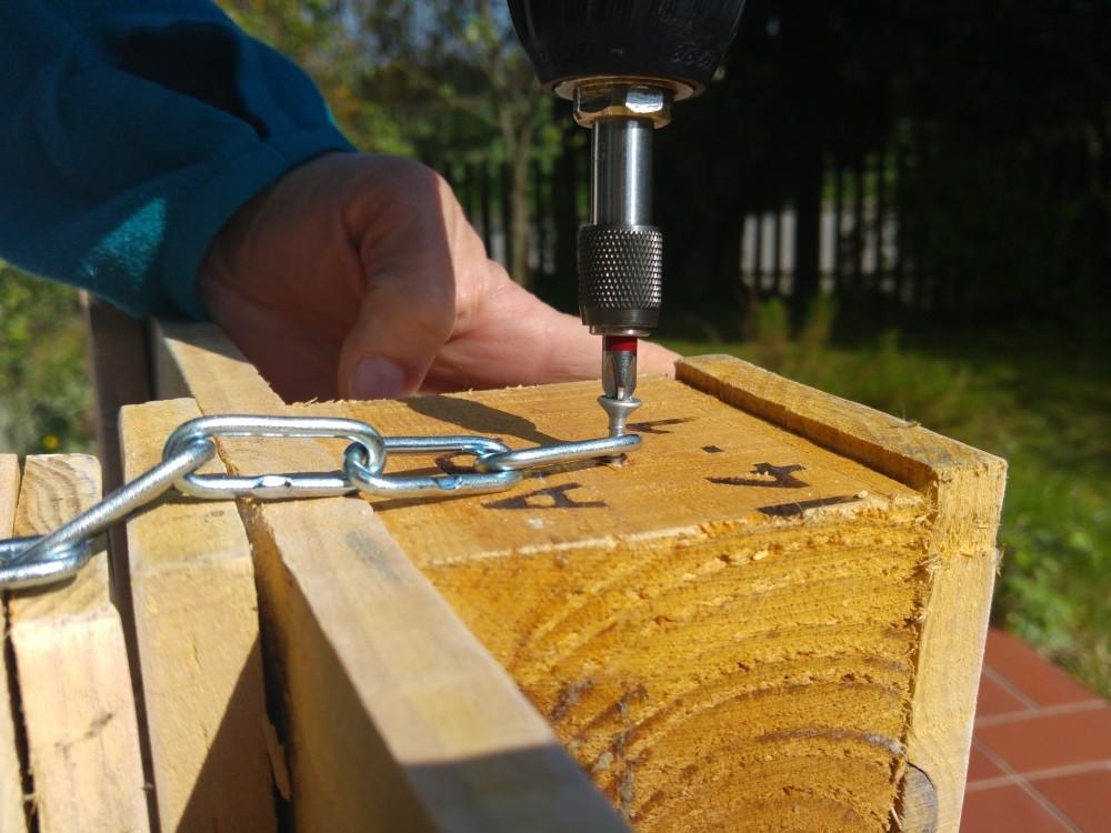 Abmessen und dann die Kette an der unteren Palette befestigen