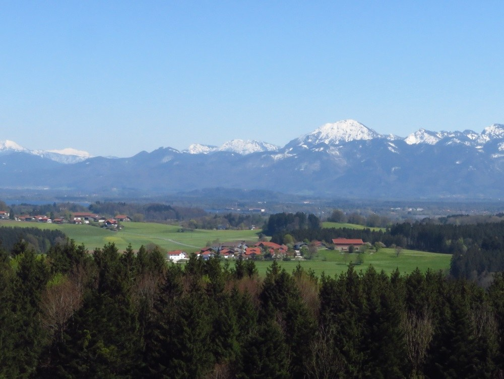 Chiemsee und Bergblick vom Aussichtsturm Ratzinger Höhe