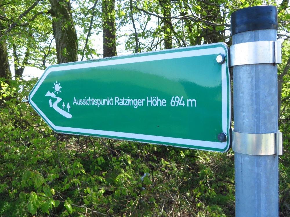 Ratzinger Höhe bietet den ersten schönen Ausblick ins Voralpenland und auf den Chiemsee