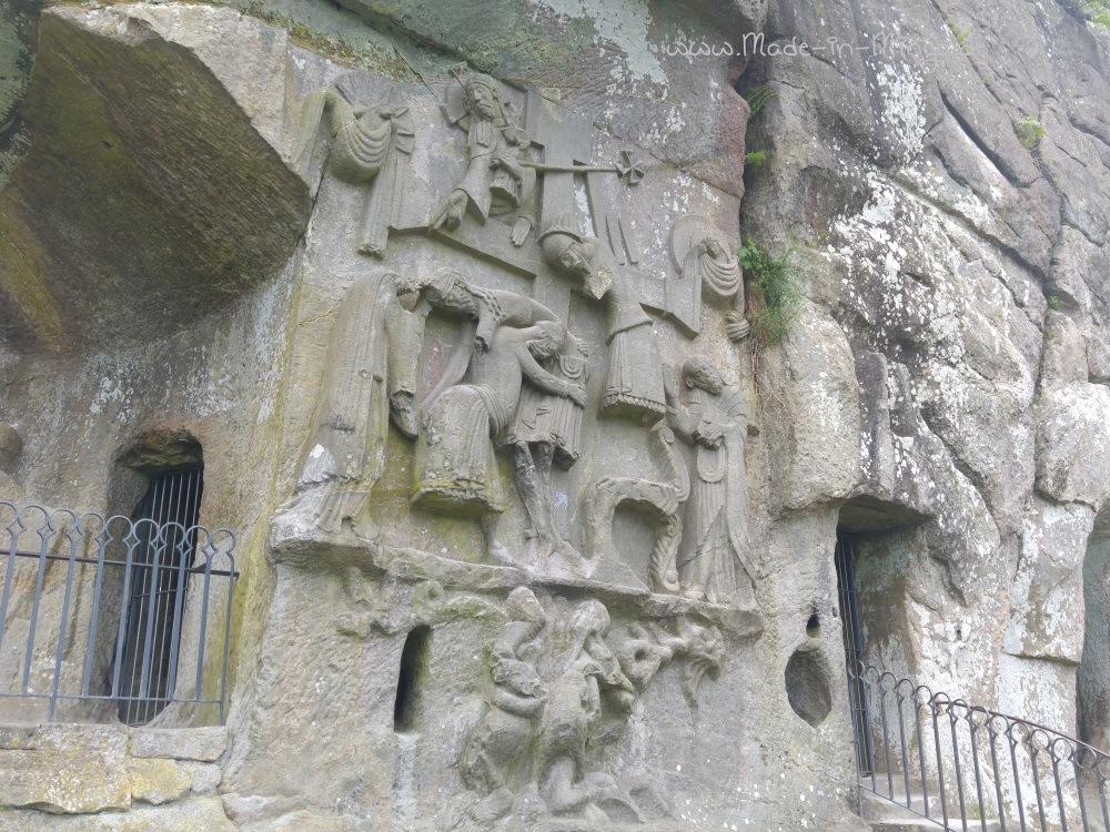 Kreuzabnahmerelief im Grottenfelsen