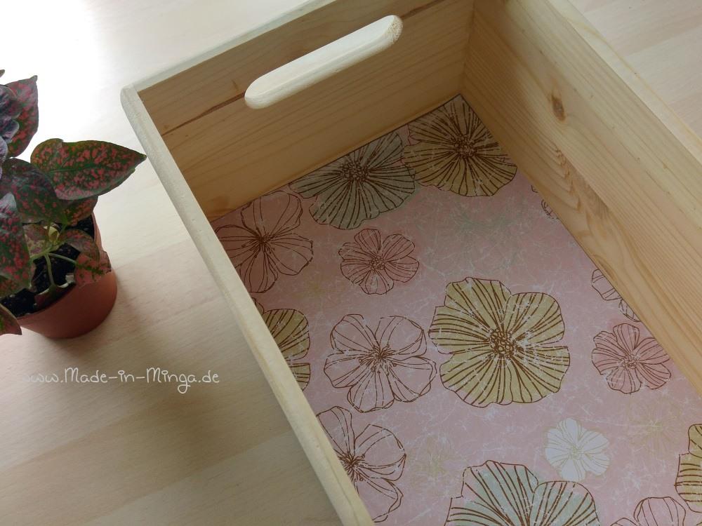 Holzkasten mit Papier auslegen