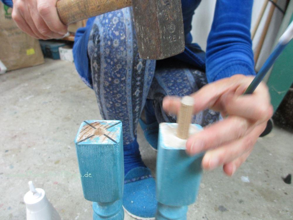 Die Dübel vorsichtig mit einem Hammer einschlagen