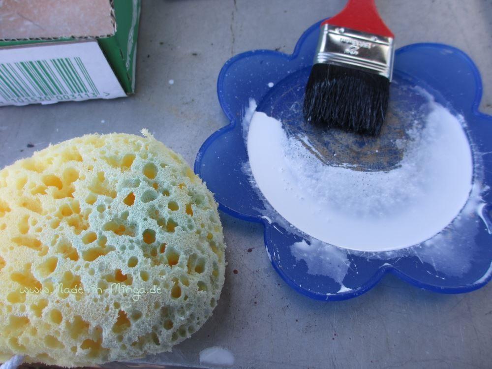 Verdünnte Farbe erst großflächig auftragen und dann mit dem Schwamm verwischen.