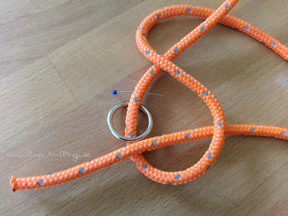 zwei Ringe an gewünschter Stelle einknoten