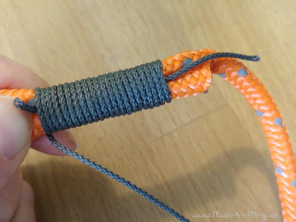 Das Fadenende durch die Schlaufe ziehen. Unten am Faden diesen Knoten bis zur Mitte durchziehen