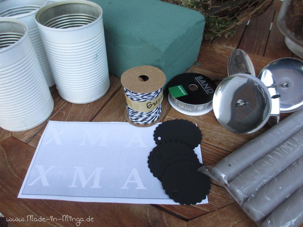 """Schmucketiketten, farblich passenden Faden, weiße Kerzen (nicht die hier zu sehenden grauen) und in meiner Wunschschrift das Wort """"XMAS"""" ausgedruckt"""