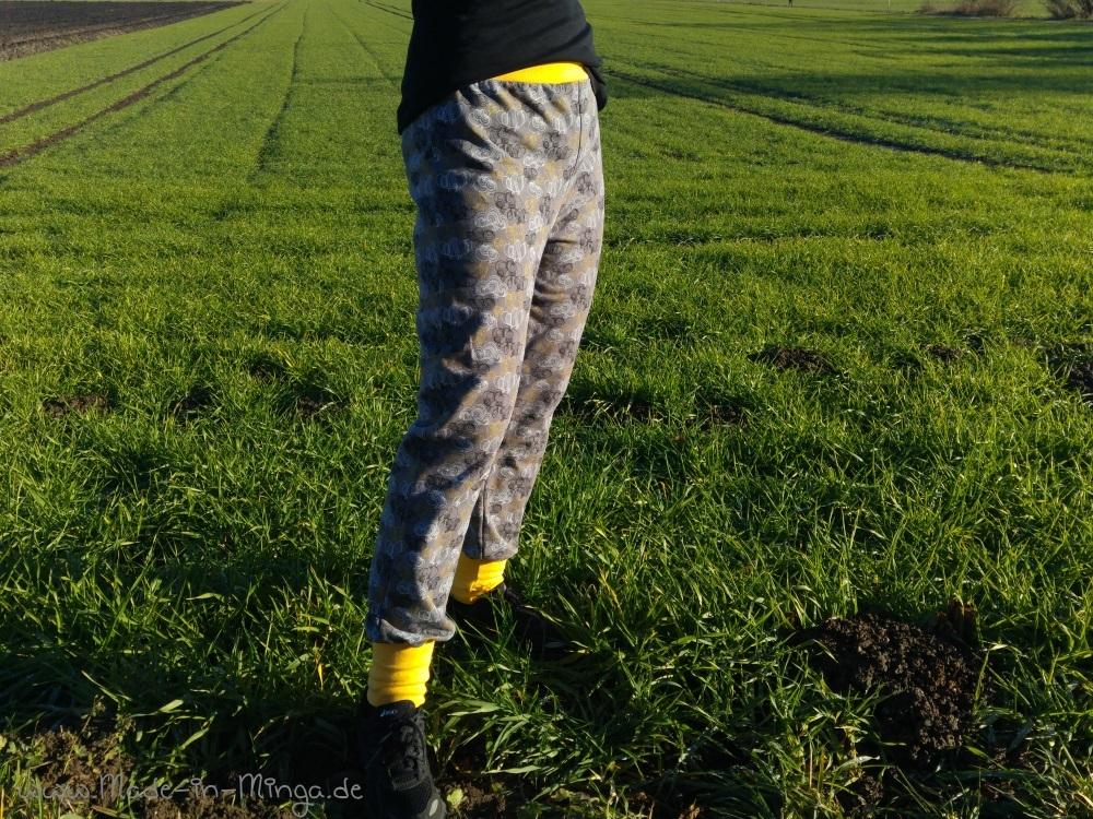 Gelber Bund an neuer Jogginghose