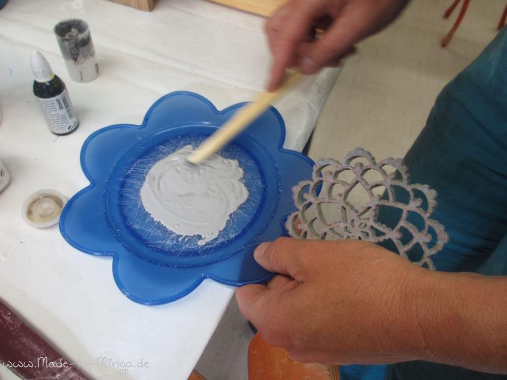 Farbe auf einem Teller anmischen