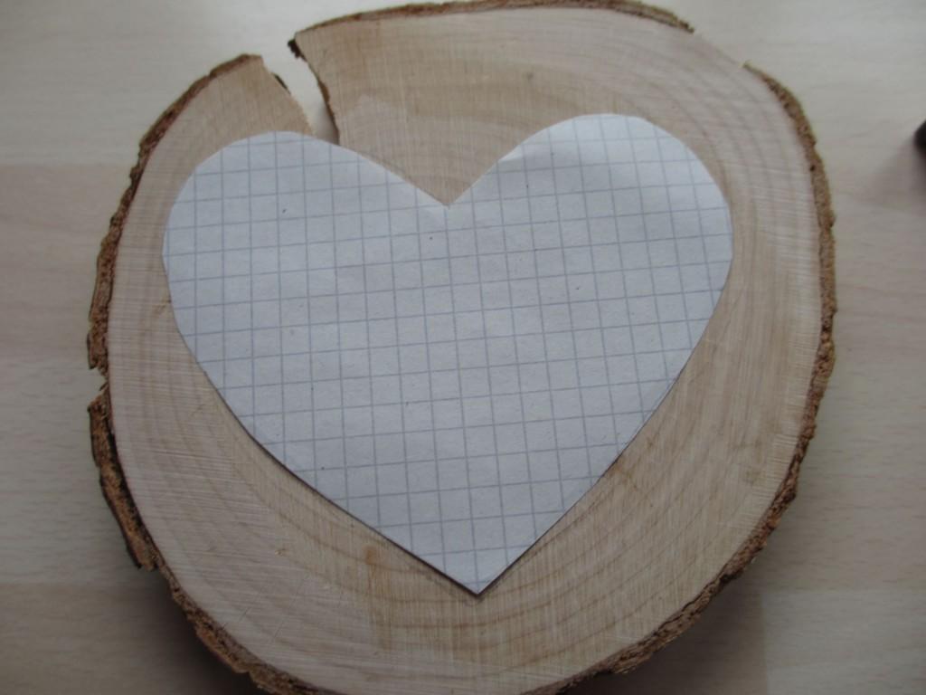 Herz-Umriss auf das Holz übertragen