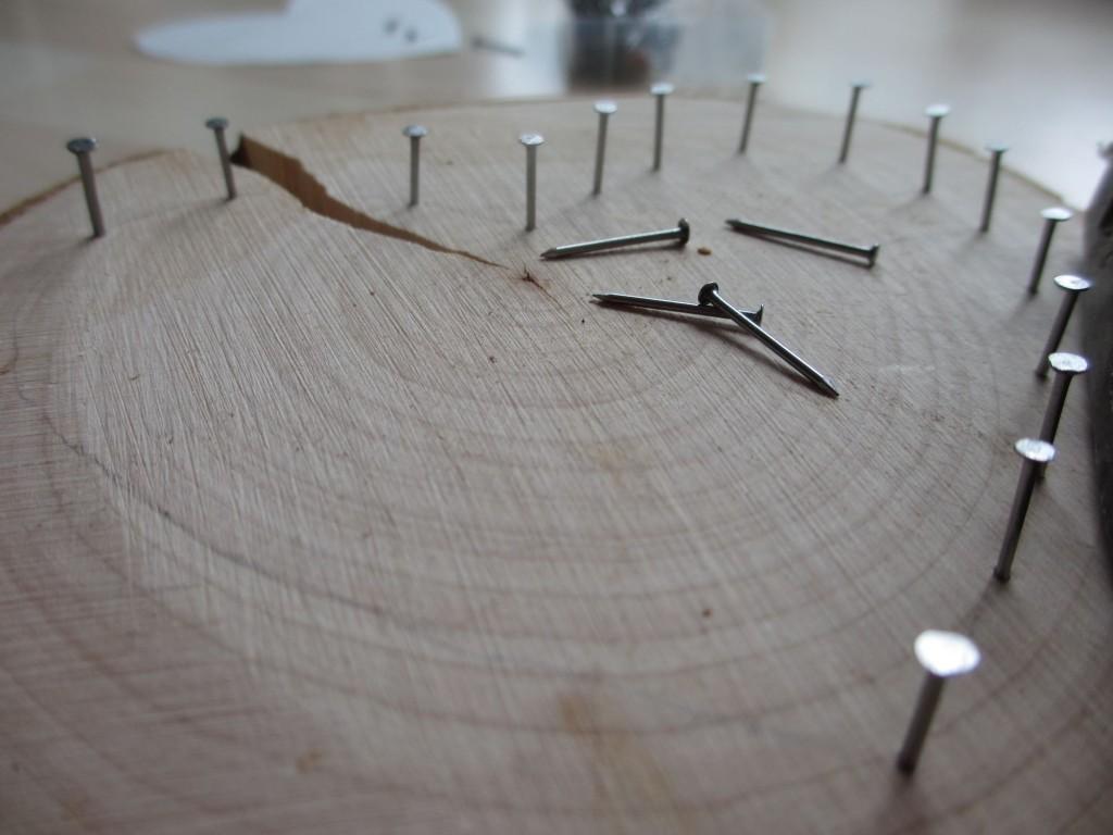 Die Nägel entlang der vorgezeichneten Form einschlagen.