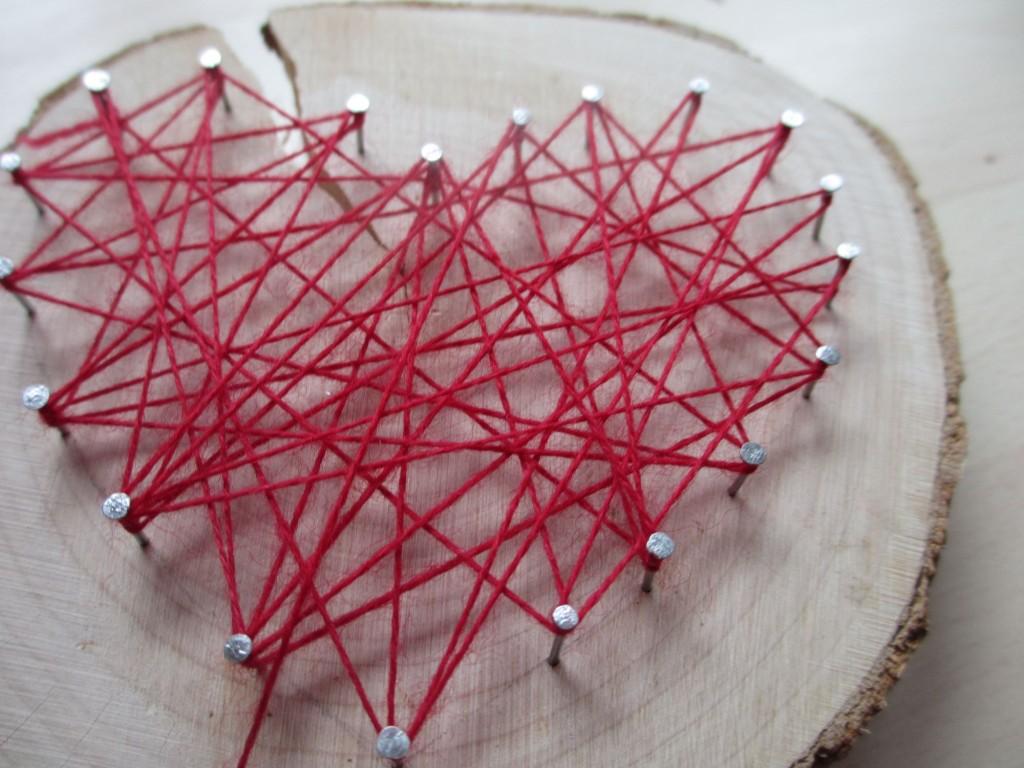 Ganz einfach mit Nagel, Hammer und viel Faden hergestellt. Herz-Fadenbild