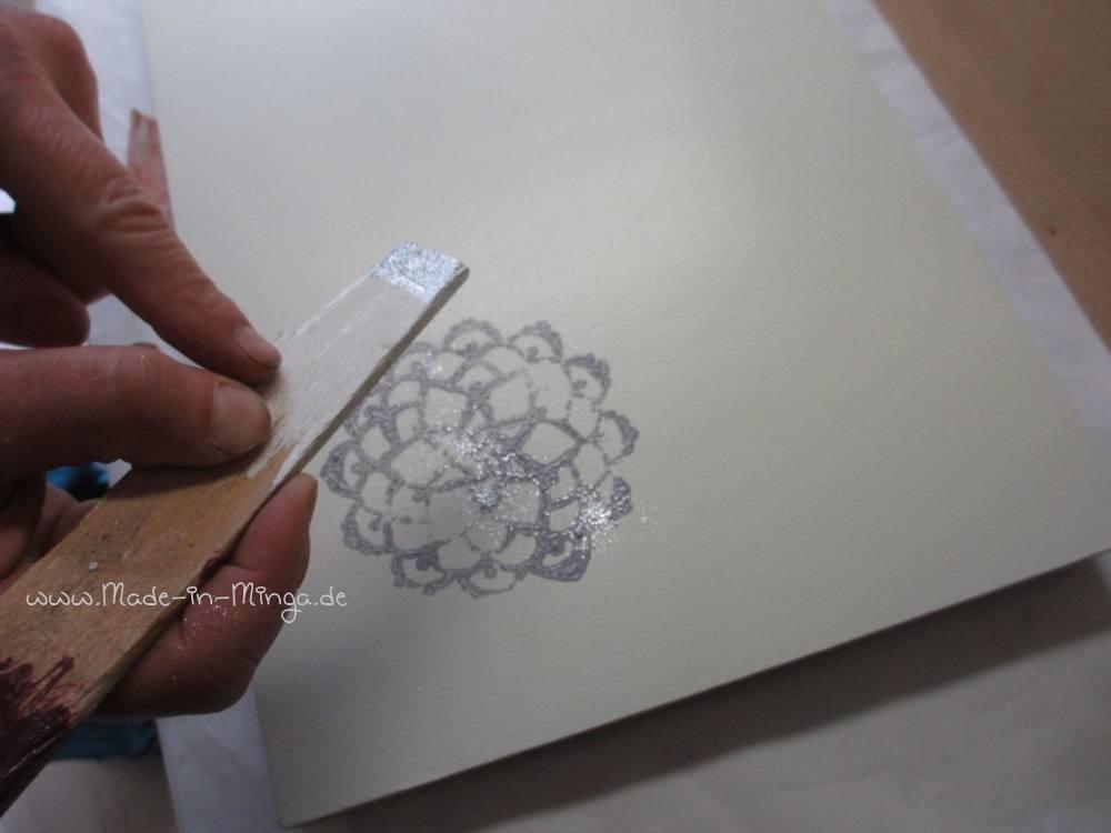 Die feuchte Farbe mit Glitzerpulver bestäuben