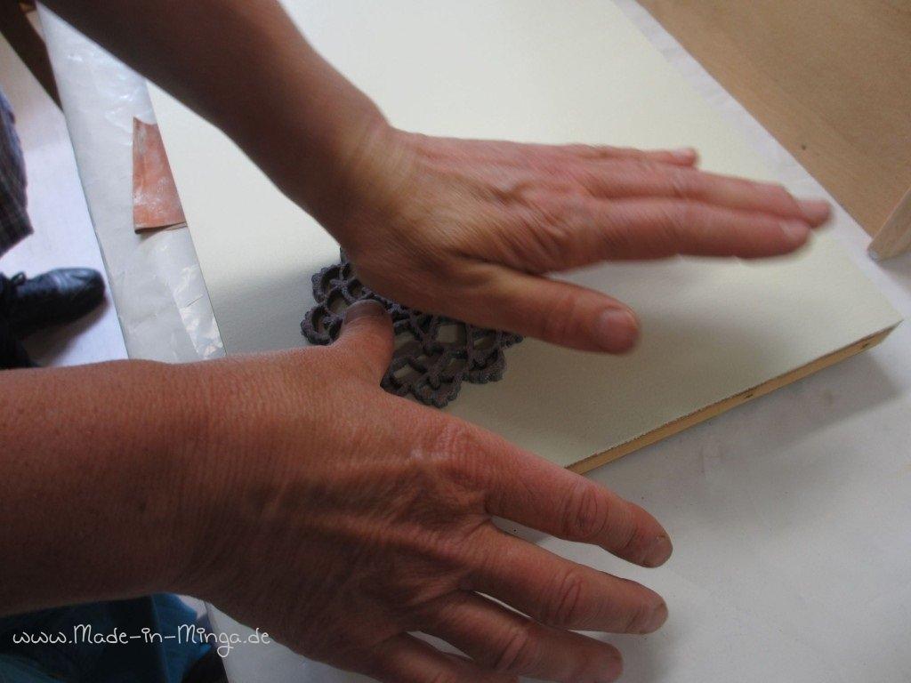 Eingefärbten Filz auf das Kleinmöbel aufdrücken zum Stempeln