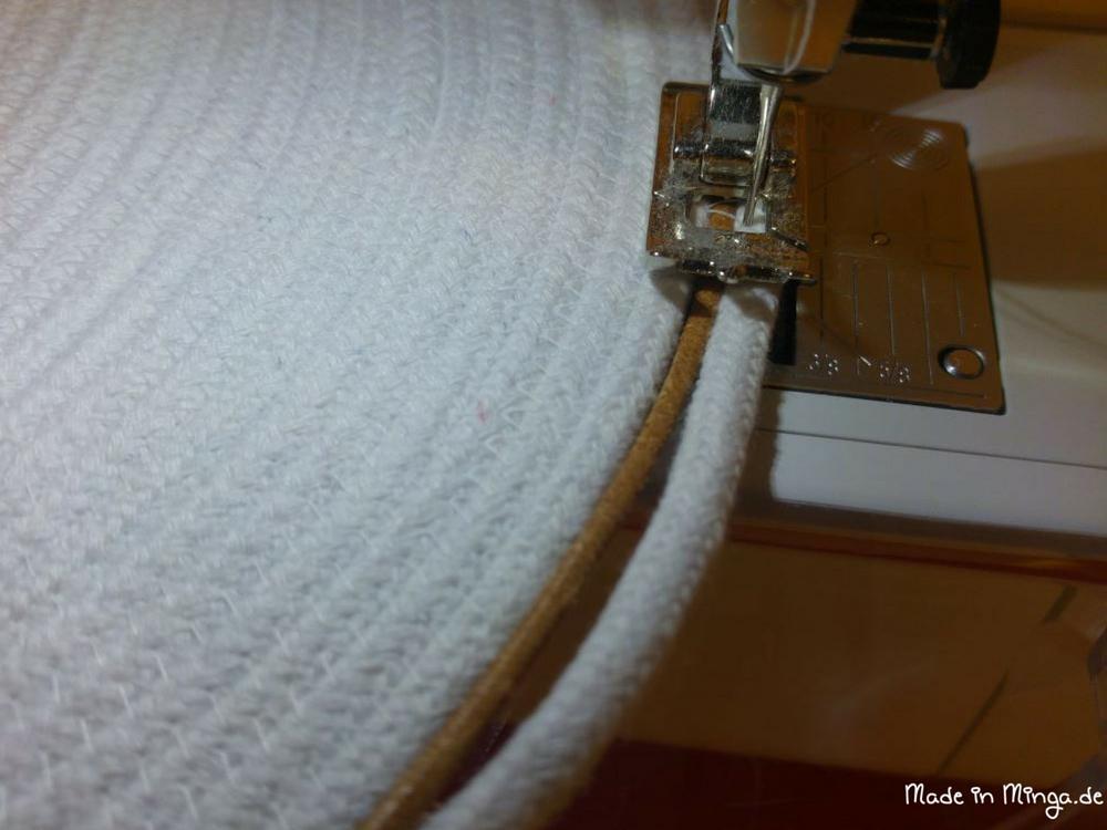 In die letzte Kordelreihe wird ein schmales Lederband mit eingefasst