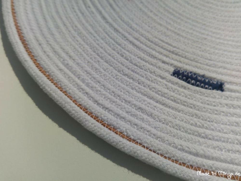 Mit großem Zickzackstich kann das Lederband eingafasst werden