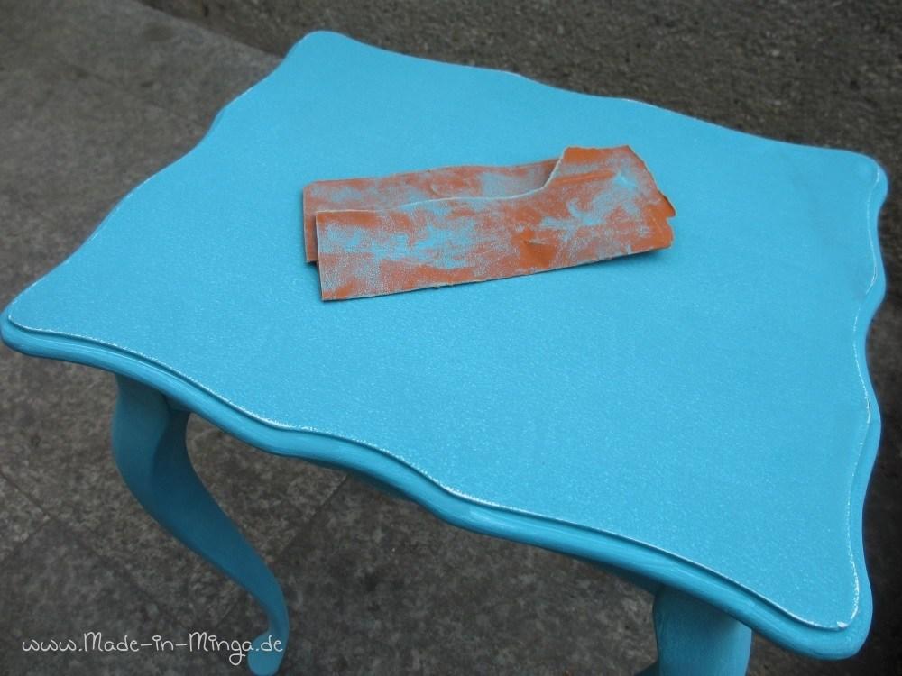 Die erste Farbe mit feinem Schleifpapier abschleifen