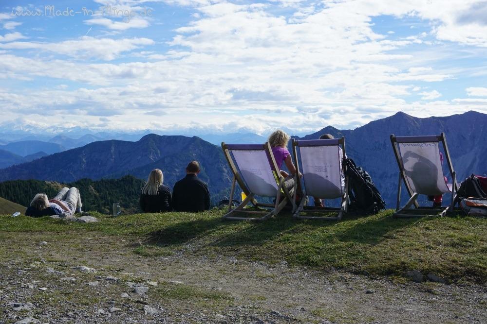 Rotwandhaus mit Liegestühlen, um das Bergpanorama zu genießen