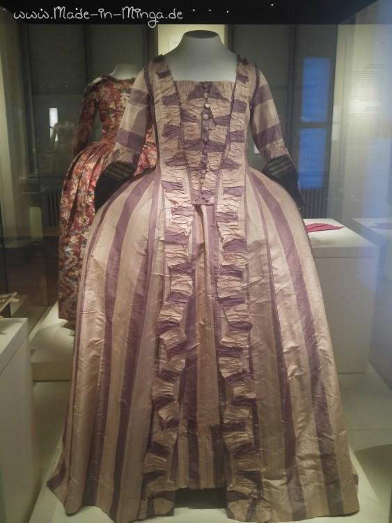 gestreiftes Seidenkleid aus dem Barock