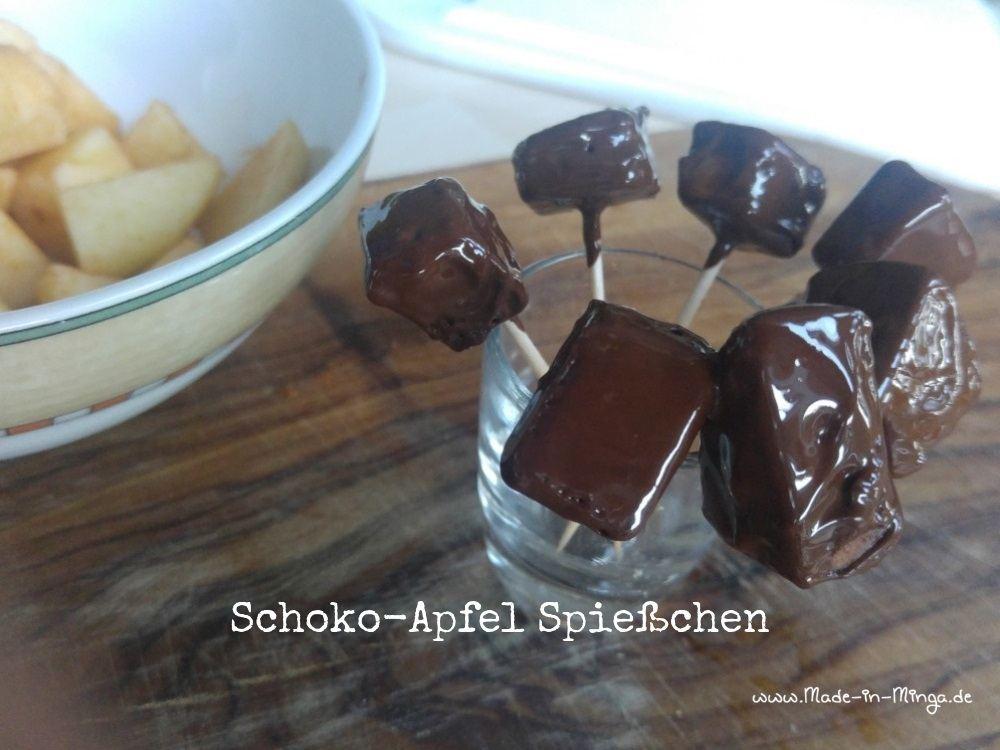 Selbstgemachter Schokolade-Apfel-Spieß. Apfel wird in heiße Schokolade getunkt