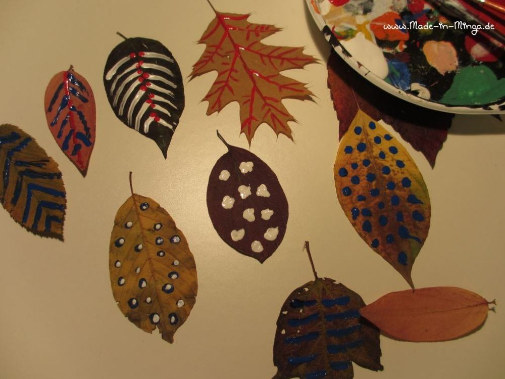 Getrocknete Blätter mit Acrylfarbe bemalen