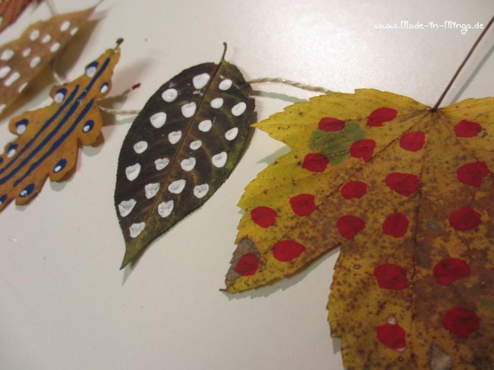 Herbst-Deko basteln, Blätter trocknen und mit Mustern bemalen