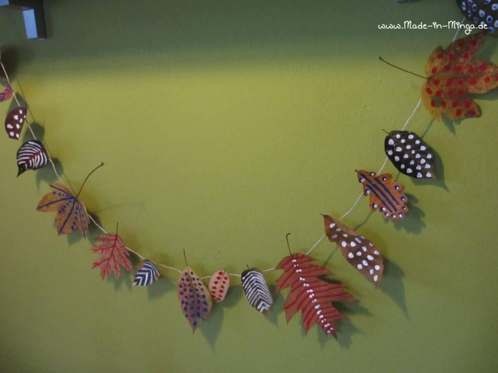 Herbstliche Girlande aus trockenen Blättern basteln