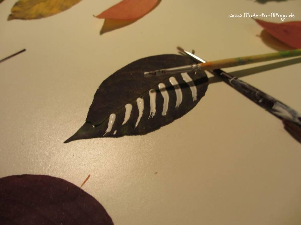 Getrocknete Blätter mit Mustern bemalen