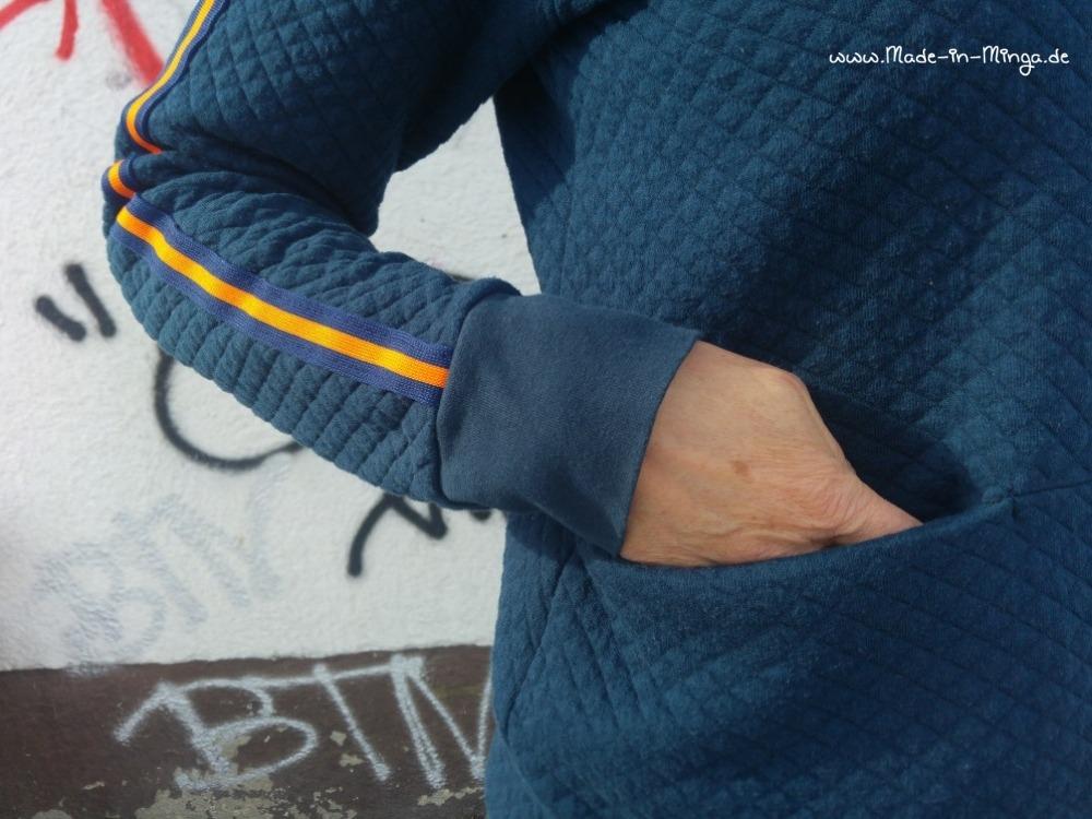 Eingriff in die Tasche und aufgesetzter Ärmel-Streifen