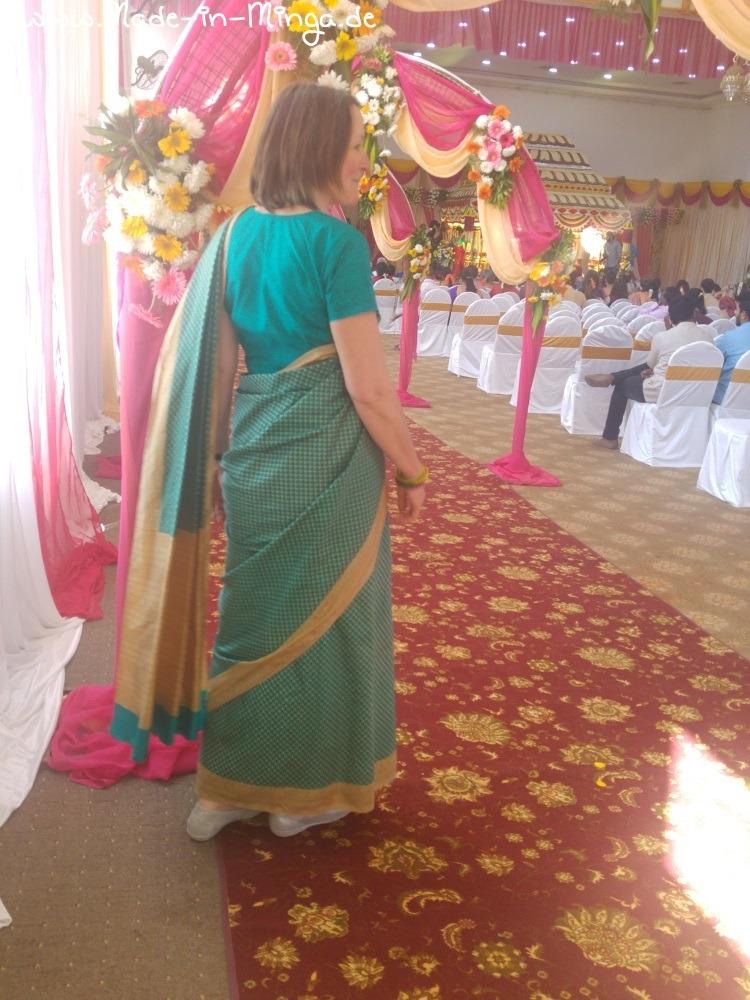 Rückenansicht des Saris mit Überwurf der Seide über der SChulter
