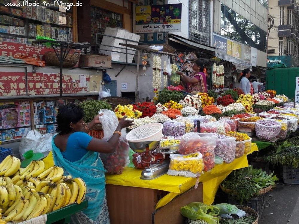 indischer Blumenmarkt mit Verkäuferin
