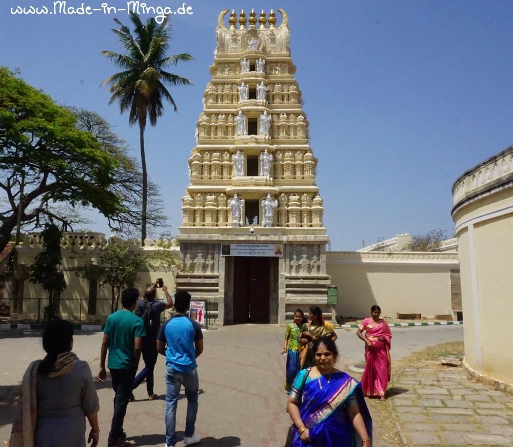 Tempel in Indien mit Menschen davor