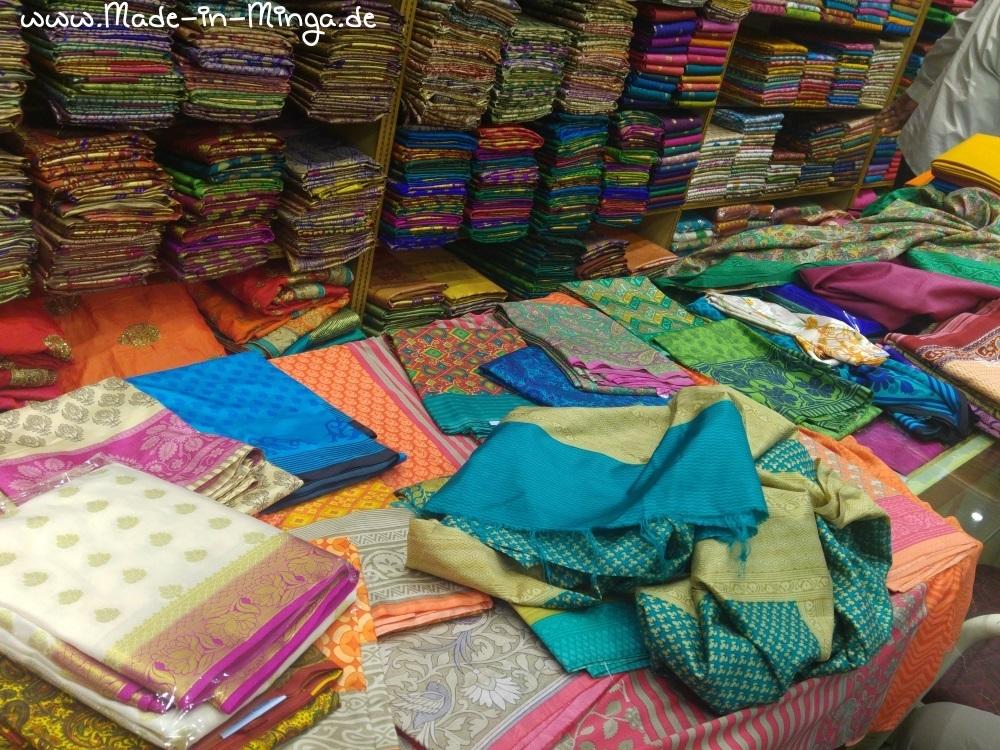 viele Sari-Seidenstoffe auf dem Ladentisch