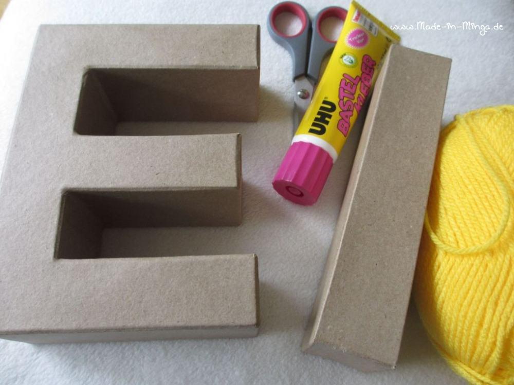Pappbuchstaben umwickeln mit Wolle und Klebstoff zur Osterdeko